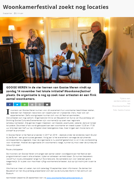 Drie muzikanten tussen de schuifdeuren in een woonkamer.